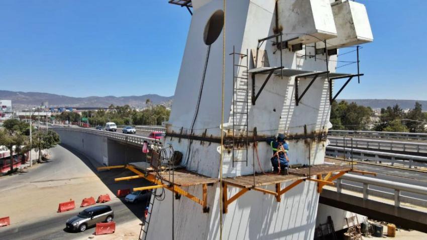 Miércoles 12 de mayo maniobras correspondientes al montaje de elementos estructurales en el distribuidor vial Miguel Hidalgo.