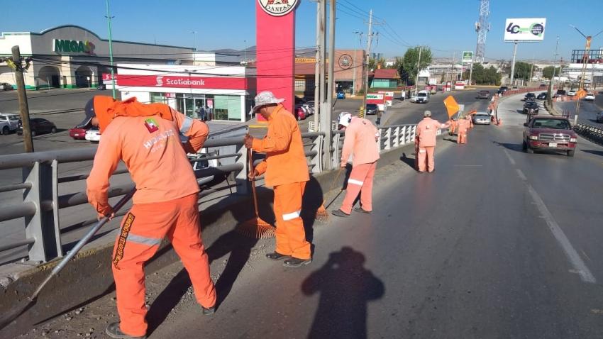 Trabajos de limpieza general en el  Multistribuidor Vial Centenario y bulevar Luis Donaldo Colosio