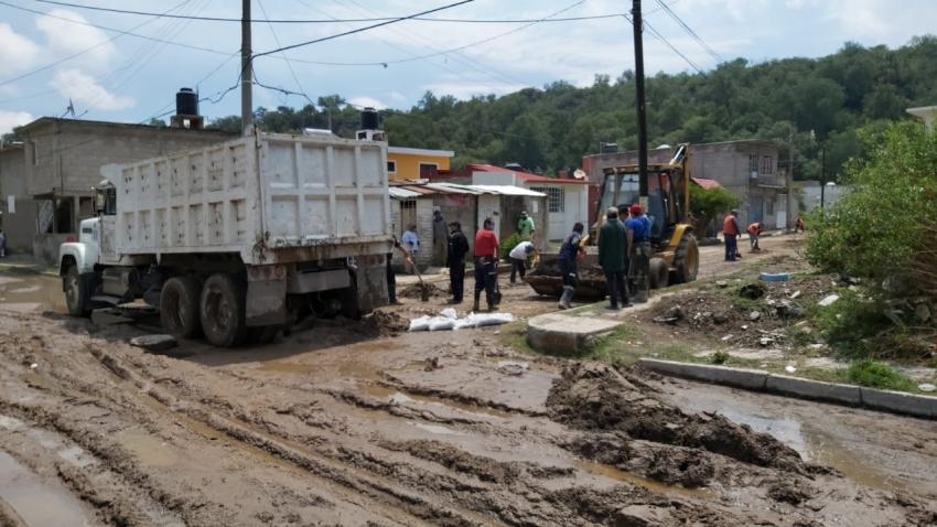 Labores de limpieza de calles y en fosa de oxidación tras trastumbe de canal viejo Requena en Tula.